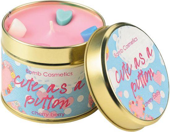 Geurkaars in blik - Cute as a button - 7,7 x 7,7 x 7,7 cm - 35-40 branduren - Bomb Cosmetics