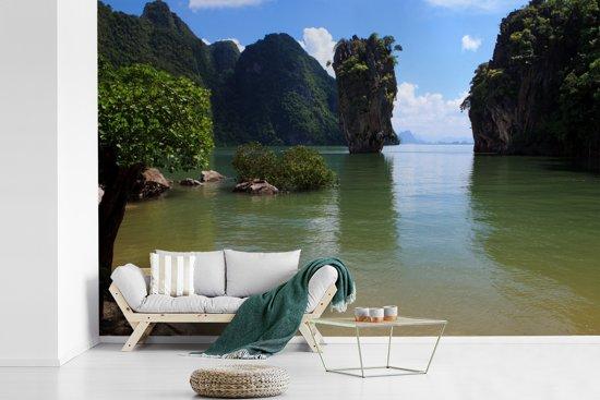 Fotobehang vinyl - Groen water en groene natuur bij het Thaise Nationaal Park Ao Phang Nga breedte 450 cm x hoogte 300 cm - Foto print op behang (in 7 formaten beschikbaar)