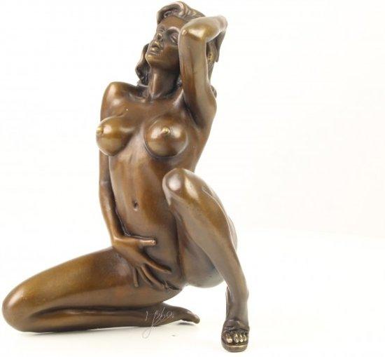 Een erotisch bronzen beeld van een naakte vrouw.