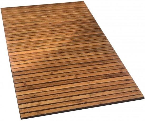 Kleine eenvoudige oude badkamer met blauw tapijt en hout kabinet