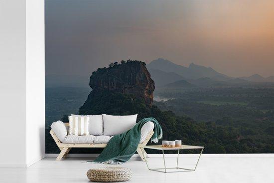 Fotobehang vinyl - De Lion Rock tijdens zonsondergang breedte 600 cm x hoogte 400 cm - Foto print op behang (in 7 formaten beschikbaar)