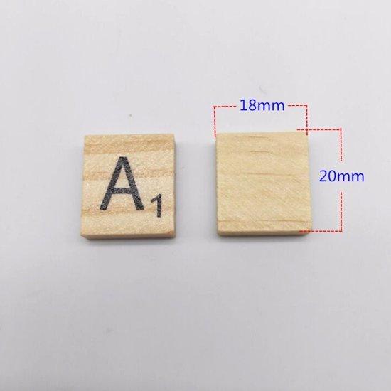 Houten blokjes met letters voor scrabble