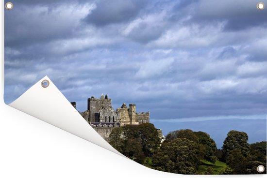 Wolkenformatie boven de Rock of Cashel in Ierland Tuinposter 120x80 cm - Tuindoek / Buitencanvas / Schilderijen voor buiten (tuin decoratie)