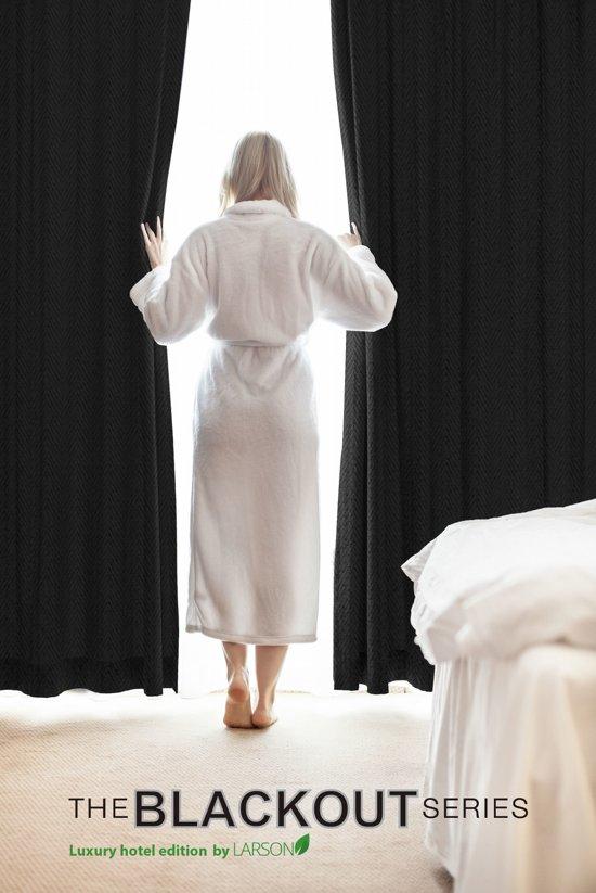 larson luxe hotel serie blackout gordijn met visgraat motief incl ringen zwart 30x25m verduisterend