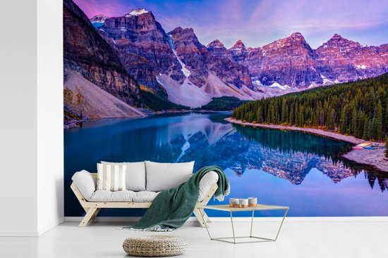 Fotobehang vinyl - Paarse lucht boven het Nationaal park Banff in Alberta breedte 525 cm x hoogte 350 cm - Foto print op behang (in 7 formaten beschikbaar)