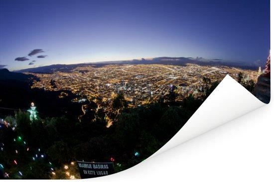 Luchtfoto van Bogota in de nacht vanaf Cerro de Monserrate Poster 90x60 cm - Foto print op Poster (wanddecoratie woonkamer / slaapkamer)