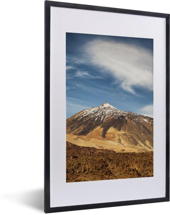 Foto in lijst - Besneeuwde Teide-vulkaan in het Nationaal park Teide op Tenerife fotolijst zwart met witte passe-partout 40x60 cm - Poster in lijst (Wanddecoratie woonkamer / slaapkamer)