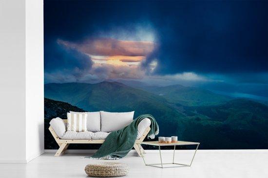 Fotobehang vinyl - Donkere lucht boven de Ben Nevis in Schotland breedte 330 cm x hoogte 220 cm - Foto print op behang (in 7 formaten beschikbaar)