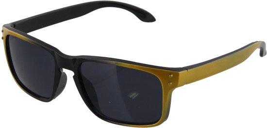 7d49d1d5ed6b1b Kinder zonnebril met zwart goud montuur.