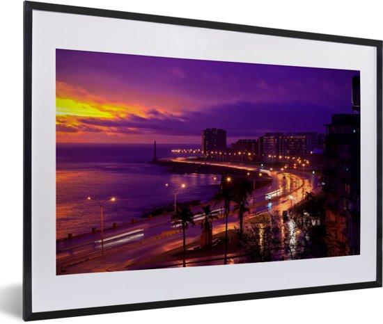 Foto in lijst - Kleurrijke zonsondergang bij de baai van Montevideo in Uruguay fotolijst zwart met witte passe-partout 60x40 cm - Poster in lijst (Wanddecoratie woonkamer / slaapkamer)
