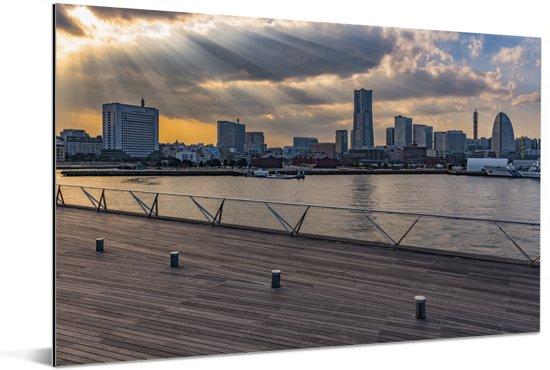 Zonnestralen schijnen over de Japanse stad Yokohama Aluminium 60x40 cm - Foto print op Aluminium (metaal wanddecoratie)
