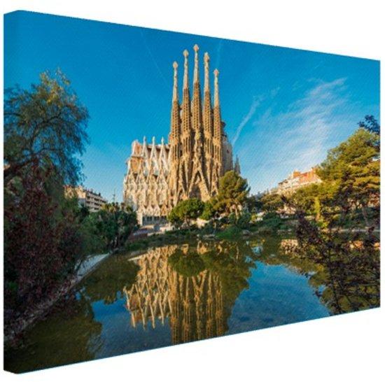 Sagrada Familia en water Canvas 120x80 cm - Foto print op Canvas schilderij (Wanddecoratie woonkamer / slaapkamer) / Steden Canvas Schilderijen
