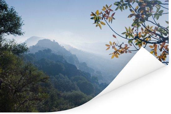Uitzicht op een mistig berglandschap in het Nationaal park Monfragüe Poster 60x40 cm - Foto print op Poster (wanddecoratie woonkamer / slaapkamer)