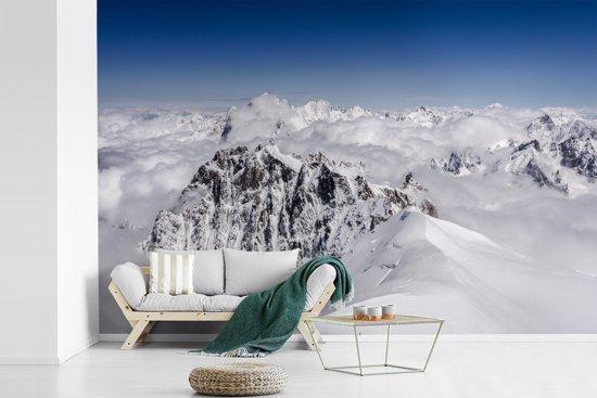 Fotobehang vinyl - Bergtop Aiguille du Midi bedekt door de sneeuw breedte 450 cm x hoogte 300 cm - Foto print op behang (in 7 formaten beschikbaar)