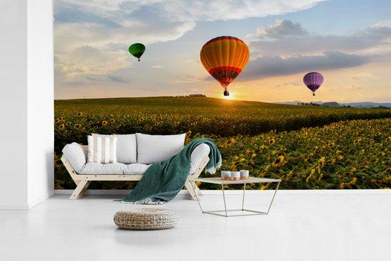 Fotobehang vinyl - Drie luchtballonnen met een zonsondergang breedte 465 cm x hoogte 260 cm - Foto print op behang (in 7 formaten beschikbaar)