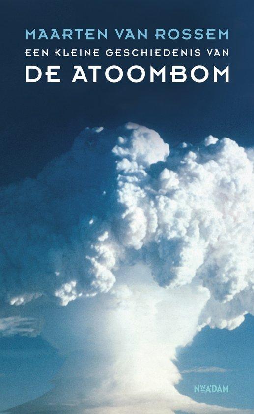 Boek cover Een kleine geschiedenis van de atoombom van Maarten van Rossem (Onbekend)