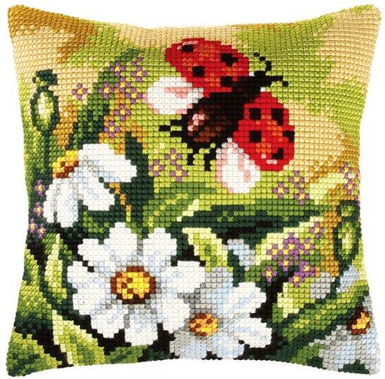 kruissteekkussen 9381 lieveheersbeestje in bloemenveld