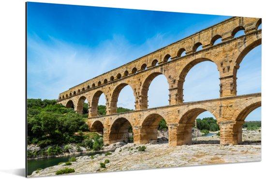 Een prachtige blauwe lucht boven de Pont du Gard in Frankrijk Aluminium 90x60 cm - Foto print op Aluminium (metaal wanddecoratie)
