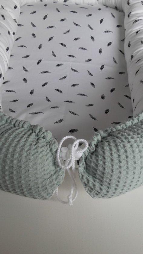 Babynestje (oud groen / wit met zwarte veertjes)