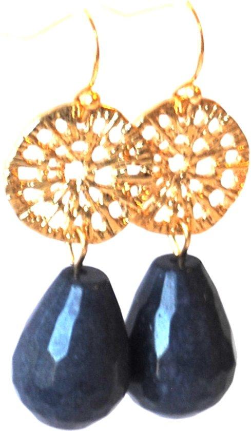 Oorbellen met edelsteen agaat blauw en opengewerkt goldplated tussenstuk.