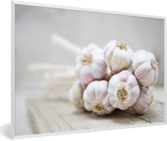 Foto in lijst - Een knoflookbos op een houten tafel fotolijst wit 60x40 cm - Poster in lijst (Wanddecoratie woonkamer / slaapkamer)