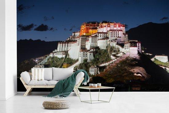 Fotobehang vinyl - Het Potalapaleis verlicht in de avond in China breedte 470 cm x hoogte 280 cm - Foto print op behang (in 7 formaten beschikbaar)