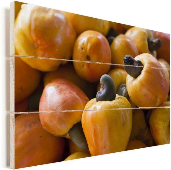 Gele cashewnoten in het schijnvrucht op een hoopje Vurenhout met planken 90x60 cm - Foto print op Hout (Wanddecoratie)