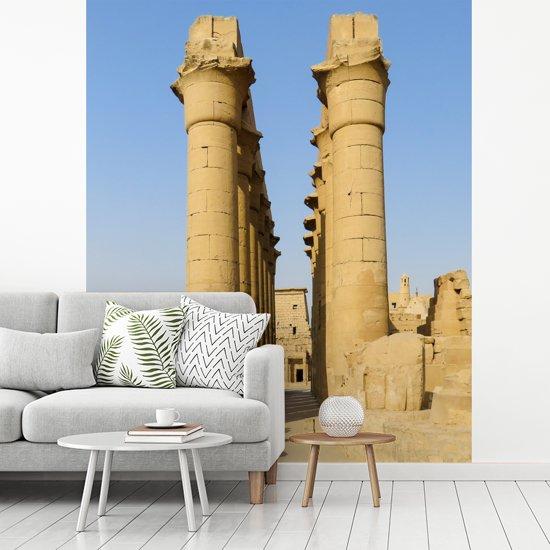 Fotobehang vinyl - Oude pilaren in het tempelcomplex Karnak in Egypte breedte 400 cm x hoogte 500 cm - Foto print op behang (in 7 formaten beschikbaar)