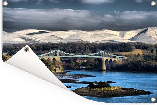 Mooi blauw water en de Menai Suspension brug in Snowdonia Tuinposter 90x60 cm - Tuindoek / Buitencanvas / Schilderijen voor buiten (tuin decoratie)