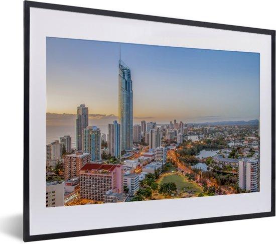 Foto in lijst - De stedelijke horizon van de stad Gold Coast bij Queensland in Australië fotolijst zwart met witte passe-partout klein 40x30 cm - Poster in lijst (Wanddecoratie woonkamer / slaapkamer)