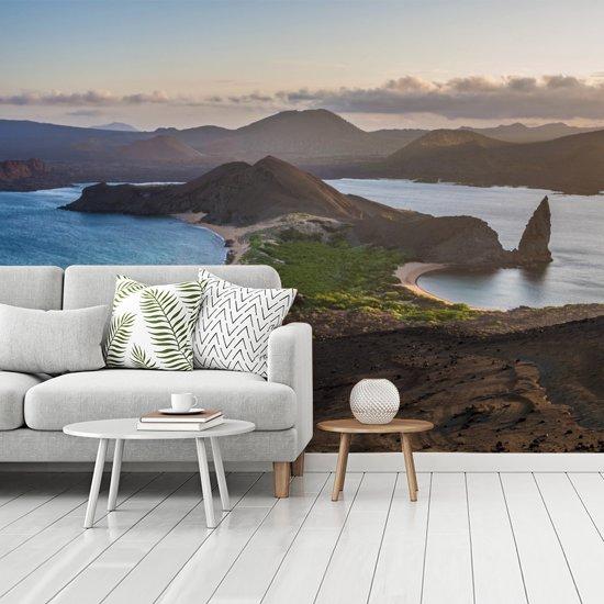 Fotobehang vinyl - Uitzicht vanaf Bartolomé Galapagoseilanden bij Ecuador breedte 350 cm x hoogte 260 cm - Foto print op behang (in 7 formaten beschikbaar)