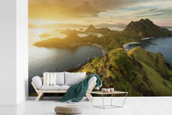 Fotobehang vinyl - Zonsondergang boven bergen van Indonesische nationaal park Komodo breedte 420 cm x hoogte 280 cm - Foto print op behang (in 7 formaten beschikbaar)