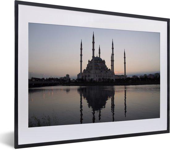 Foto in lijst - De Sabanci Moskee tijdens de zonsopkomst in Adana fotolijst zwart met witte passe-partout klein 40x30 cm - Poster in lijst (Wanddecoratie woonkamer / slaapkamer)