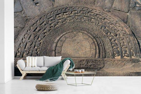 Fotobehang vinyl - Maansteen in de ruïnes van Polonnaruwa Sri Lanka breedte 450 cm x hoogte 270 cm - Foto print op behang (in 7 formaten beschikbaar)