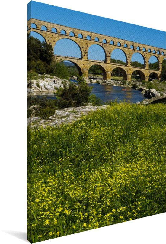 Mooie bloemen voor de Pont du Gard in de lente Canvas 90x140 cm - Foto print op Canvas schilderij (Wanddecoratie woonkamer / slaapkamer)