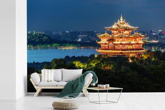 Fotobehang vinyl - Chenghuang-Pagode in Hangzhou breedte 600 cm x hoogte 400 cm - Foto print op behang (in 7 formaten beschikbaar)