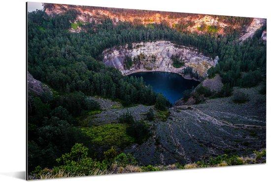 Donker kratermeer omringt door de bossen in het Nationaal Park Kelimutu Aluminium 180x120 cm - Foto print op Aluminium (metaal wanddecoratie) XXL / Groot formaat!