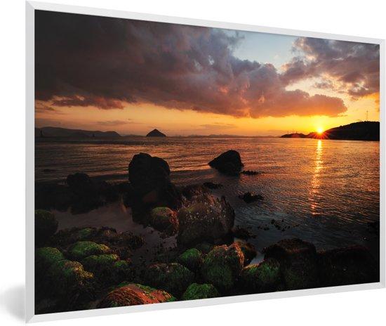 Foto in lijst - Prachtige zonsondergang over Naoshima in Japan fotolijst wit 60x40 cm - Poster in lijst (Wanddecoratie woonkamer / slaapkamer)