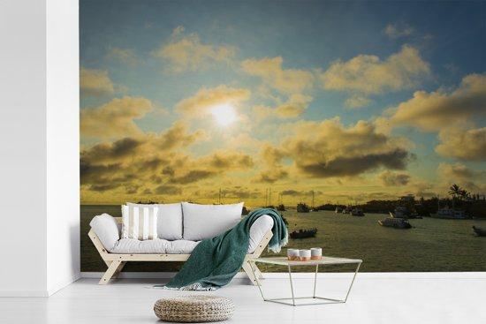 Fotobehang vinyl - Zonsondergang in Santa Cruz Galapagoseilanden breedte 390 cm x hoogte 260 cm - Foto print op behang (in 7 formaten beschikbaar)