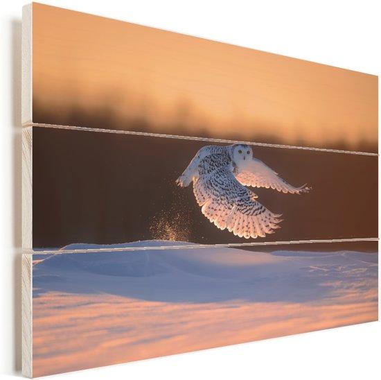Sneeuwuil tijdens de vlucht bij zonsopkomst Vurenhout met planken 90x60 cm - Foto print op Hout (Wanddecoratie)
