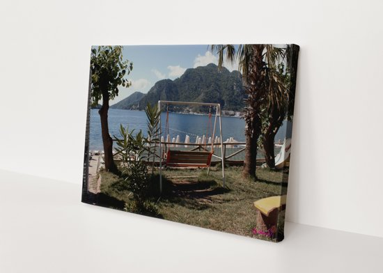 Schommel   Water   Bergen   Natuur   Stichting BY Amanda   Canvasdoek   Wanddecoratie   60CM x 40CM   Schilderij
