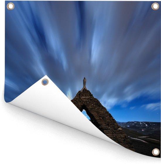 Vooraanzicht van een stenen monument in het Nationaal park Sierra Nevada Tuinposter 300x300 cm - Tuindoek / Buitencanvas / Schilderijen voor buiten (tuin decoratie) XXL / Groot formaat!