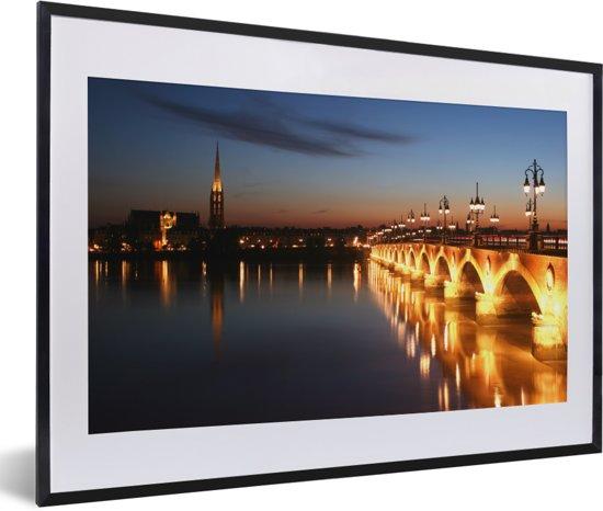 Foto in lijst - Bordeaux met verlichting van de brug in de avond in Frankrijk fotolijst zwart met witte passe-partout 60x40 cm - Poster in lijst (Wanddecoratie woonkamer / slaapkamer)
