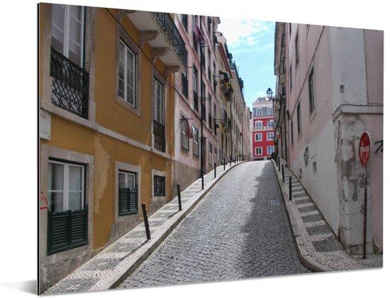 Smal steegje in het historische centrum van het Portugese Lissabon Aluminium 80x60 cm - Foto print op Aluminium (metaal wanddecoratie)