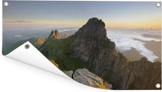 Panorama van bergpiek bij de Afrikaanse Drakensbergen in Zuid-Afrika Tuinposter 60x30 cm - klein - Tuindoek / Buitencanvas / Schilderijen voor buiten (tuin decoratie)