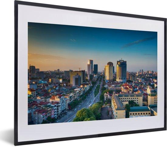 Foto in lijst - Luchtfoto van het Aziatische Hanoi bij een kleurrijke zonsondergang fotolijst zwart met witte passe-partout klein 40x30 cm - Poster in lijst (Wanddecoratie woonkamer / slaapkamer)