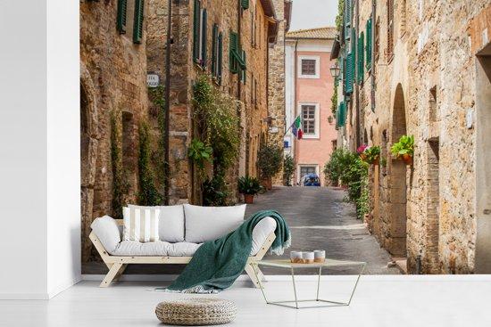 Fotobehang vinyl - Straat van de Italiaanse middeleeuwse stad San Gimignano in Toscane breedte 390 cm x hoogte 260 cm - Foto print op behang (in 7 formaten beschikbaar)