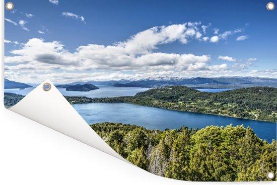Het meer en de bossen van Nationaal park Nahuel Huapi in Argentinië Tuinposter 180x120 cm - Tuindoek / Buitencanvas / Schilderijen voor buiten (tuin decoratie) XXL / Groot formaat!