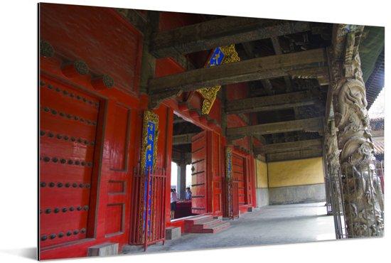 Een gang van de Confuciustempel van Qūfù Aluminium 90x60 cm - Foto print op Aluminium (metaal wanddecoratie)