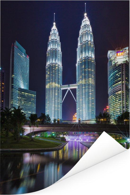 De Petronas Towers prachtig verlicht in de nacht Poster 60x90 cm - Foto print op Poster (wanddecoratie woonkamer / slaapkamer)